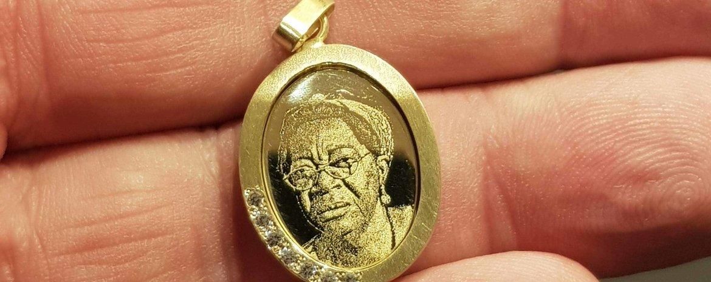 Gouden ketting hanger met foto laten maken