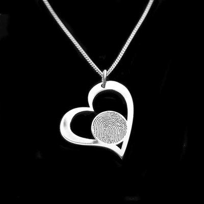 Zilveren hart hanger met vingerafdruk in disc