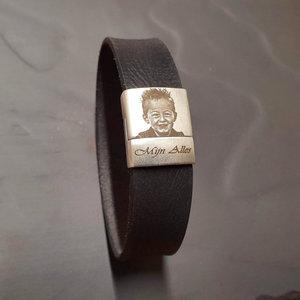 Lederen armband met foto in de kleur zwart.