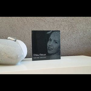 Granieten gedenksteen met foto